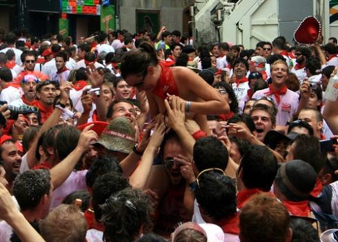 Manoseamiento a una mujer en San Fermín. CC Abir Anwar